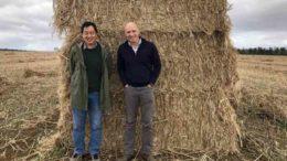 Menghe Miao und Stuart Gordon von CSIRO auf einem Grundstück in der Nähe von Conara, Tasmanien, wo Proben gesammelt werden.